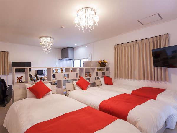 3台のシングルベッドが並ぶ、2階のベッドスペース。大型TVを2台設置いたしました。