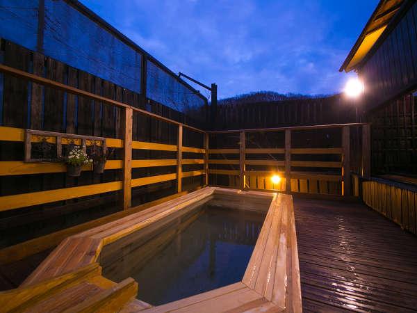 【男性露天風呂】那珂川のせせらぎが耳に心地よく響く中、芯までゆっくり温まる。最高の贅沢がここに。