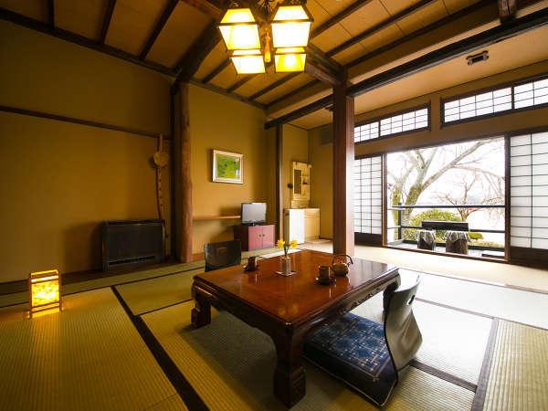 【ききょうの間】テラスから四季の情緒を感じられるお部屋。湯上りのひと時も格別です。