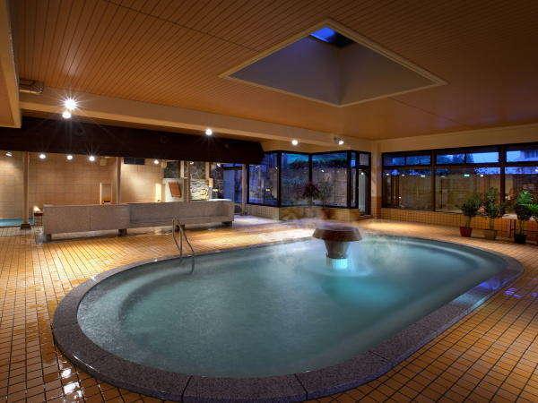 【大浴場あいの湯/大浴槽】中央の噴水からお湯が流る、手足を思いっきり伸ばせる大浴槽。