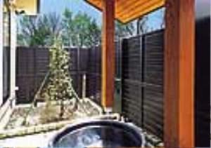 本館 客室付信楽焼きの露天風呂は滑らかな肌触りが好評です。