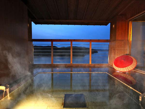 昼とは違う夜の海を眺めてゆったりした時間をお過ごしください。露天風呂:夜