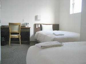 低反発ワイドベッドで快適!快眠!!お友達同志でも気兼ねなく宿泊できるL字に配置されたベット。