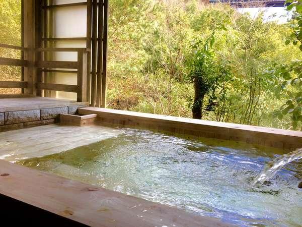 【旧館】空っぽの湯槽が新鮮な湯であっという間に満タンに!夜も木々にライトアップされ、しかも全室寝湯付