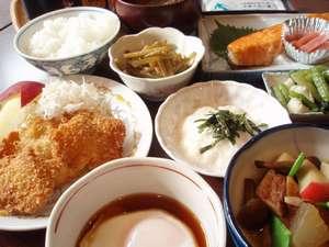 地物食材と魚沼コシヒカリの和朝食。ご飯はお代わり自由