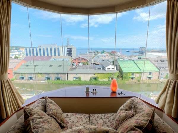 【特別室Aタイプ】 ソファに腰掛けるとこんな景色が望めます。天気の良い日には増毛連邦が見えますよ!