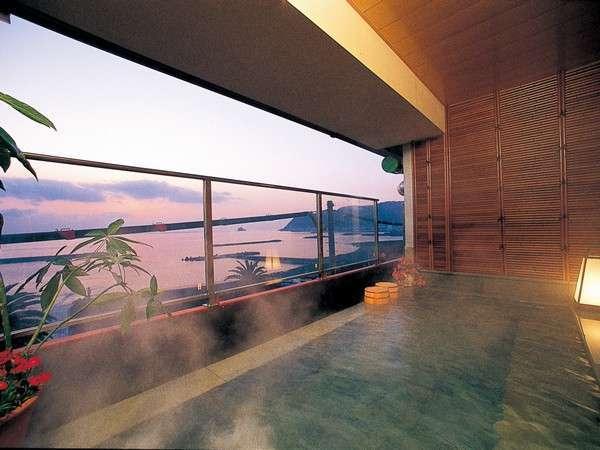 """ぐんじょうの湯""""初島""""。テラス風の貸切展望風呂。伊豆石に囲まれたお湯は、まるでプールのよう。"""