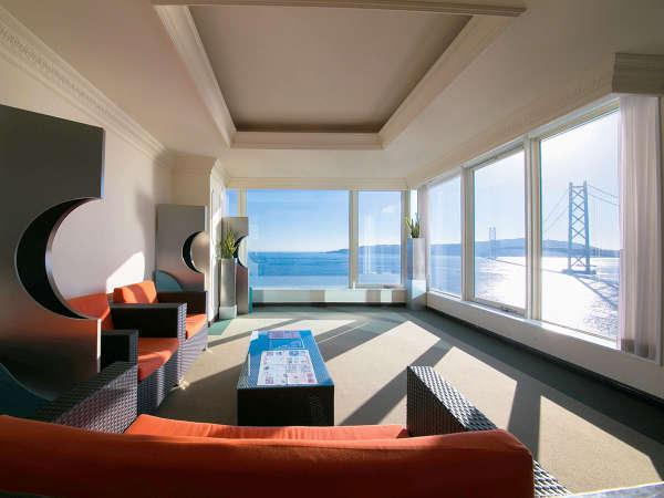 館内の随所から明石海峡大橋が見えるように、窓は大きく設計されております