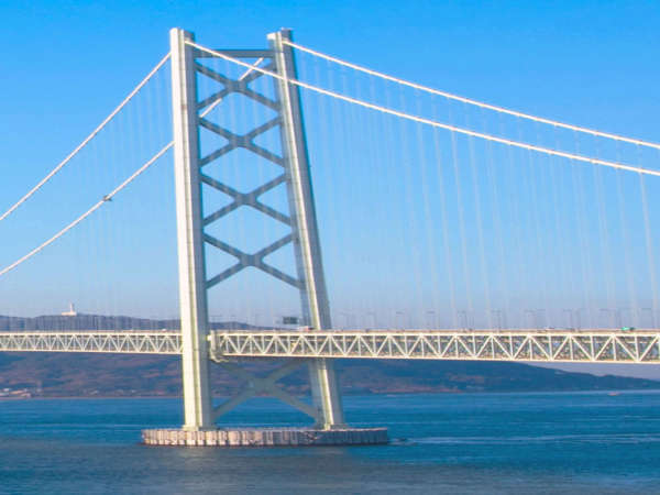 遠くから見ても圧巻!橋を支える主塔の高さは【約300m】あります。海の先に見えるのは淡路島