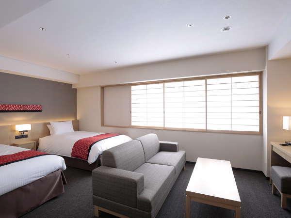 【デラックスツイン】35㎡の室内は、ソファやティーテーブルを配した、ゆったりとお寛ぎいただける空間