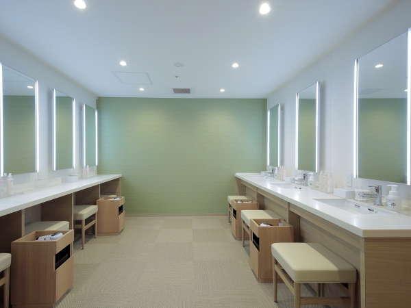 【パウダールーム】女性用のパウダールームは、照明付の大きな鏡があり朝のお支度にもオススメの明るい空間