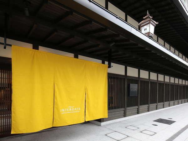 【秋】四条烏丸駅徒歩5分。歴史ある町並みの中に位置し、京町屋を思わせる格子が印象的な外観