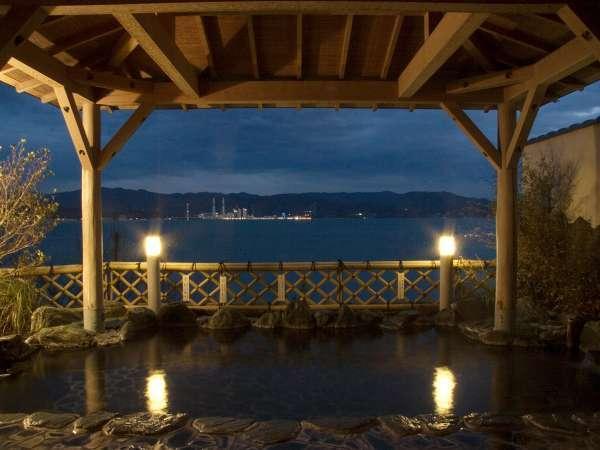 海一望の大浴場【万葉の湯」は海風にあたる露天風呂。夜は対岸のポルトの夜景もキレイ