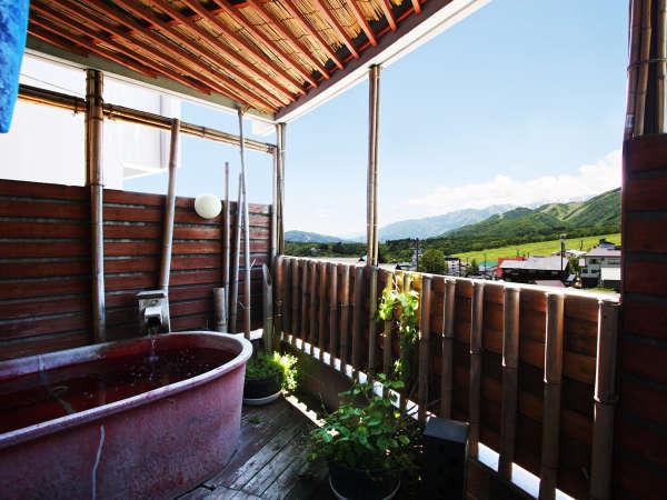 栂池のゲレンデ・鐘の鳴る丘ゲレンデを眺めながら開放感のある露天風呂を