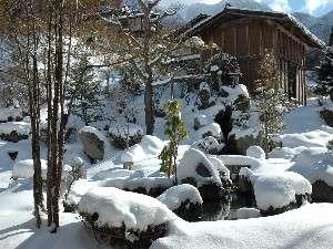 雪に埋もれる日本庭園