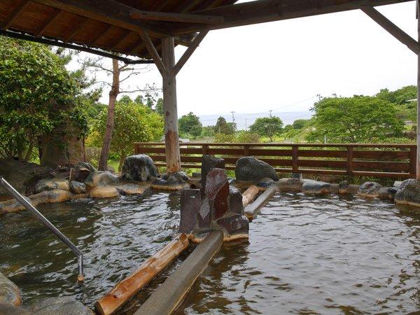 男性大浴場「錦の湯」露天風呂。遠目に男鹿の海を望み、潮風を受けながらの露天はおススメ。