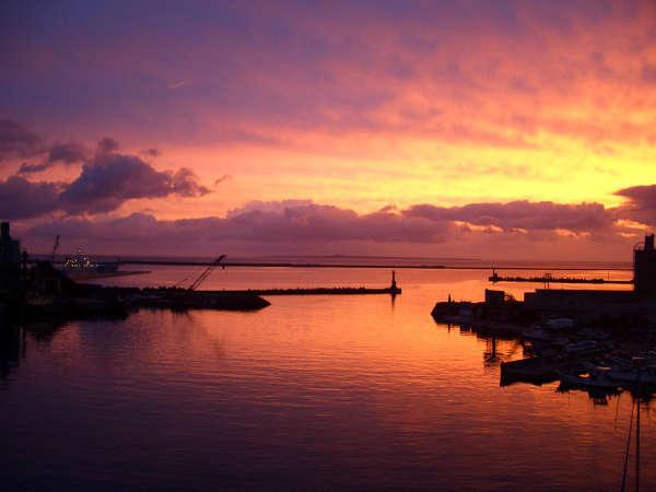 【夕景】東シナ海へ沈む夕日…レストランではお食事と共に絶景をお楽しみください