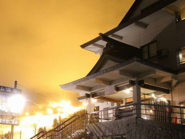 冬季はスキー場のナイター照明が幻想的