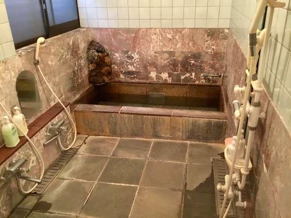 大浴場の岩風呂です。ゆっくりと湯船に浸かることができます。