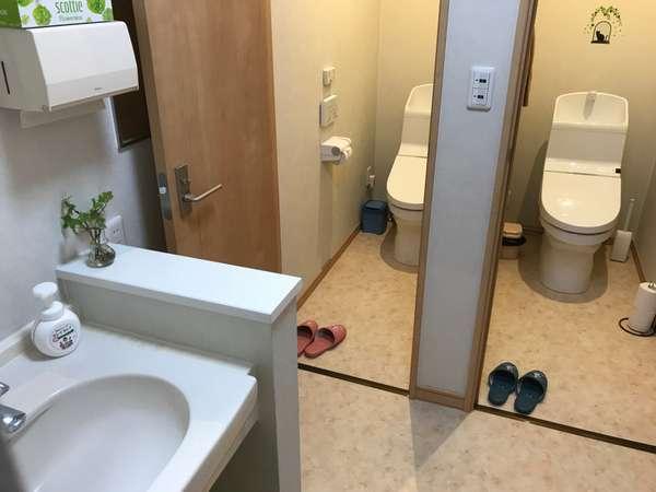 ステラ二階のトイレ(ウォシュレット)と洗面台