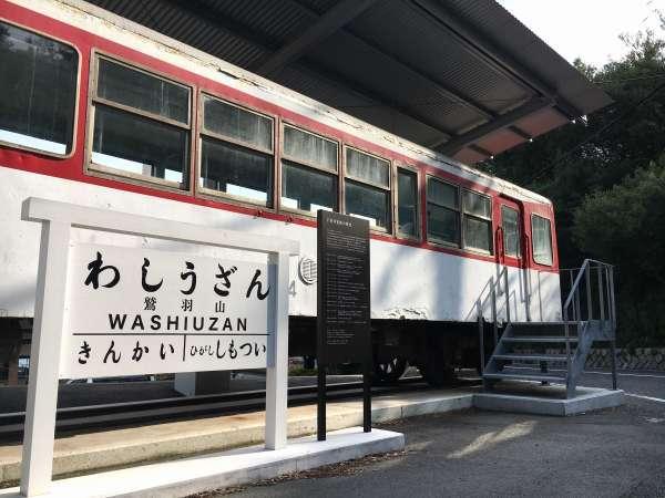 ホテル前に展示保存されている下津井電鉄の車両
