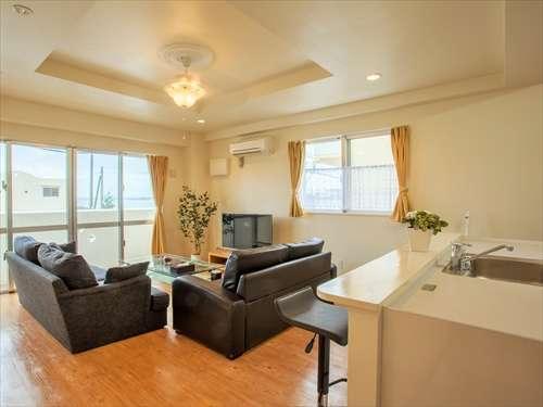 合わせて84平米もの広々室内、海を望むゆったりしたリビングルーム、天井扇、バーカウンターも備えます。