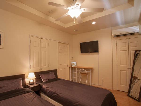 シックな配色の寝室が2部屋。居住部分は84㎡と広々した造りが特徴です。長期滞在にも最適。
