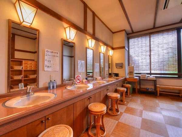 *大浴場(脱衣場)/涼むスペースもしっかり取っているので、湯上がりも快適!