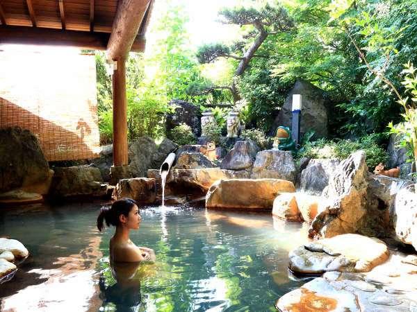 【露天風呂・女湯】。源泉かけ流し温泉をお楽しみください。