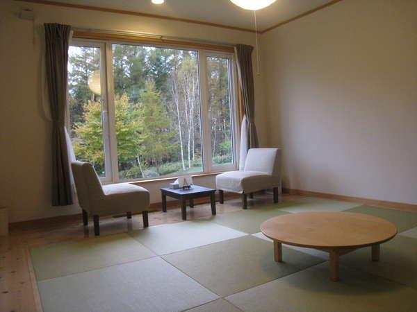 広めの和室 琉球畳 広い庭とからまつ林 満天の星空 ゆっくりおくつろぎ下さい。