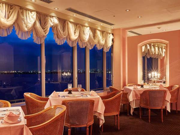 ◇ホテル最上階に位置する、海を望むフレンチレストラン「シュール ラ メール」