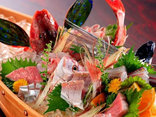 地元勝山港で獲れた新鮮な地魚を、2名様でも舟盛でご用意。
