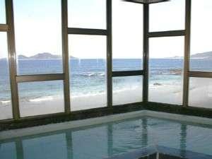 展望風呂からは、どこまでも続く水平線が見渡せる。さざ波に見とれてしまうことも・・・