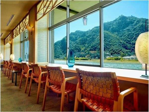 ロビーラウンジからの眺め(長良川・金華山・岐阜城)