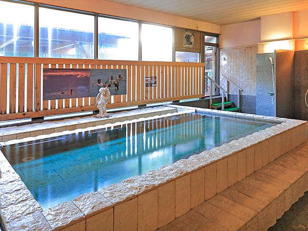 塩風呂(女性)ミネラル分豊富。海水の10倍の濃度で身体が浮く。