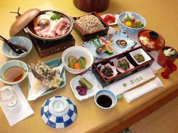 お夕食(一例)旬の食材を活かした、四季折々の和風料理です。