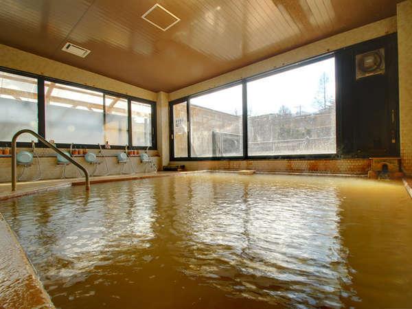 *【大浴場(男性)】お湯に浸かると不要な油分がとれてサラサラの肌になる、良質な茶褐色の源泉!