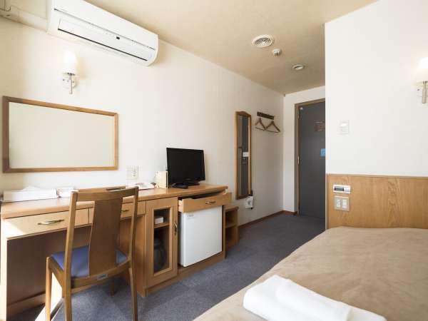 機能性重視のシングルルーム。全室セミダブルベッド完備です。