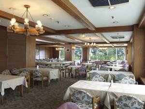 メインダイニング「ピエモンテ」 間近に斑尾山が望めるレストランで、旬の食材をお召し上がりください。
