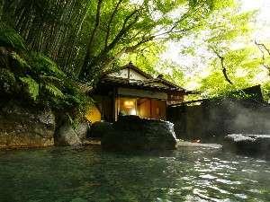 源泉100%かけ流しの「仙境野天風呂」。高低差33mの滝を眺めながら湯浴みできます。