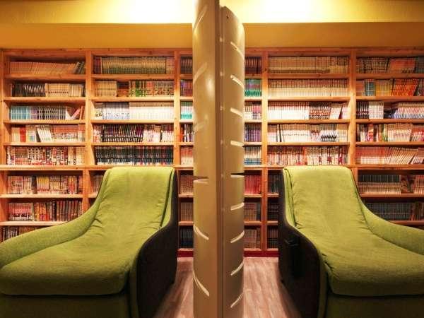 蔵書1,600冊のマンガが揃う漫画ライブラリー。無料のマッサージチェアもあります