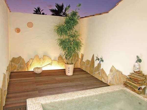 黄昏時のプロヴァンス温泉露天風呂。