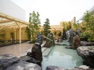輝宝の滝湯。豪快な滝湯と、天然石のローズクオーツパワーに癒されます♪