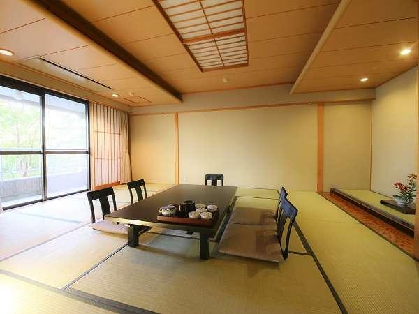 広々とした和室には中庭から日差しが差し込みます