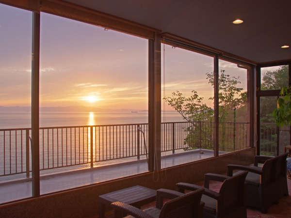 海一望のロビー。淡路島に沈む夕陽を眺めてゆったりとお過ごし下さい。