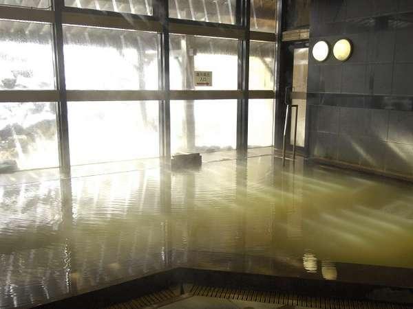 ナトリウム硫酸塩質の緑色の湯はとろりと柔らかな感触で、美肌の湯としてもご評価をいただいています。