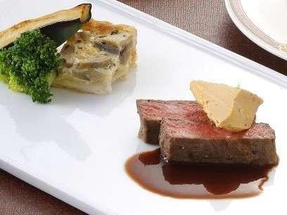 和牛のステーキとフォアグラのコンフィ