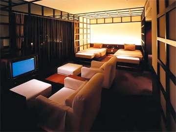 ▲ミクニスイート(リビング):ソファのあるリビングルームで団らんのひととき。おやすみはベッドで。