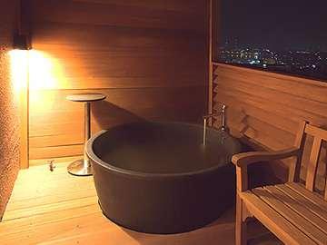 ▲ミクニスイート(客室露天風呂):夜景を一望する客室露天を完備。