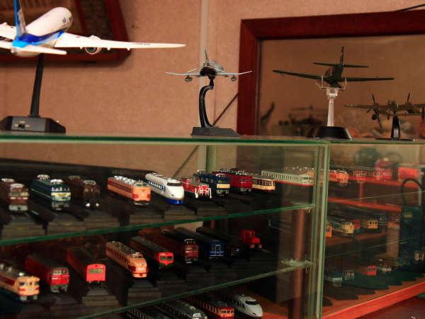 旦那の趣味でレトロな鉄道模型や戦艦、飛行機の模型が飾ってある館内。
